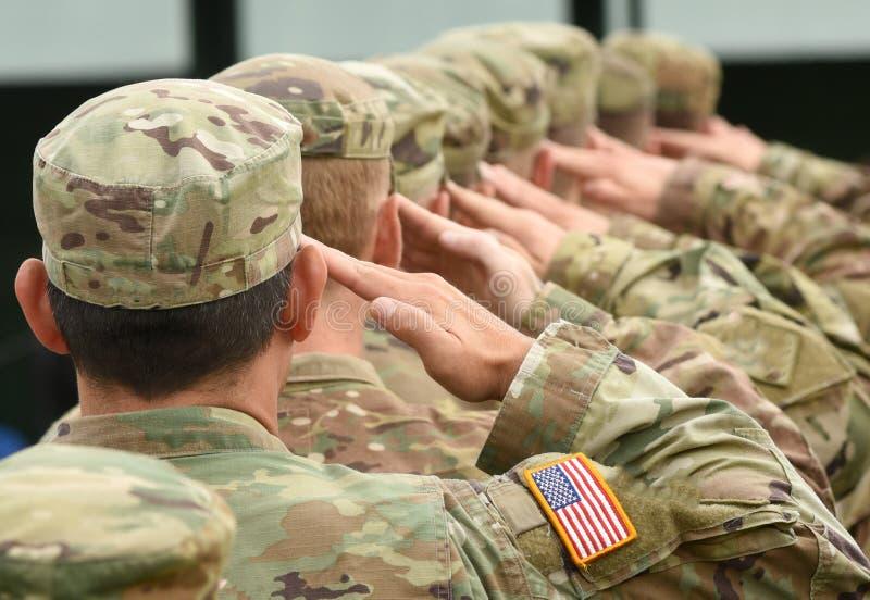 Soldados dos E.U. que dão a saudação fotografia de stock