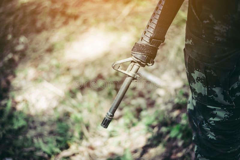 Soldados e soldados das armas M16 e armas M16 fotografia de stock