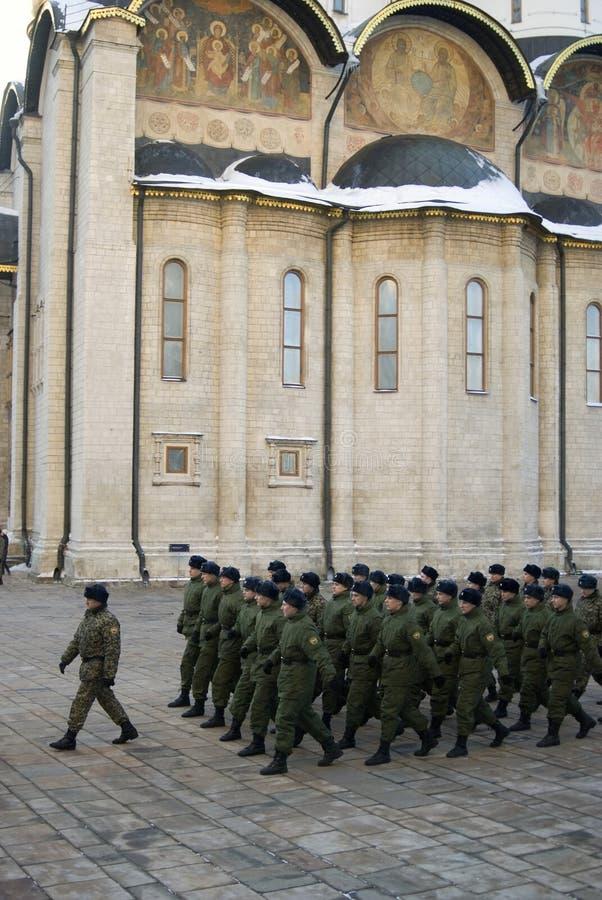 Soldados e igreja de marcha de Dormition do Kremlin de Moscou imagens de stock royalty free