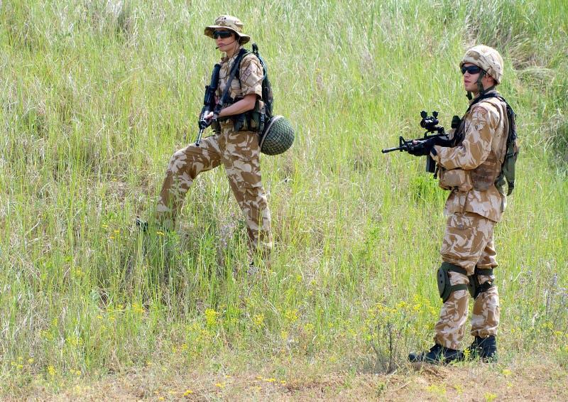 Soldados en la acción imagenes de archivo