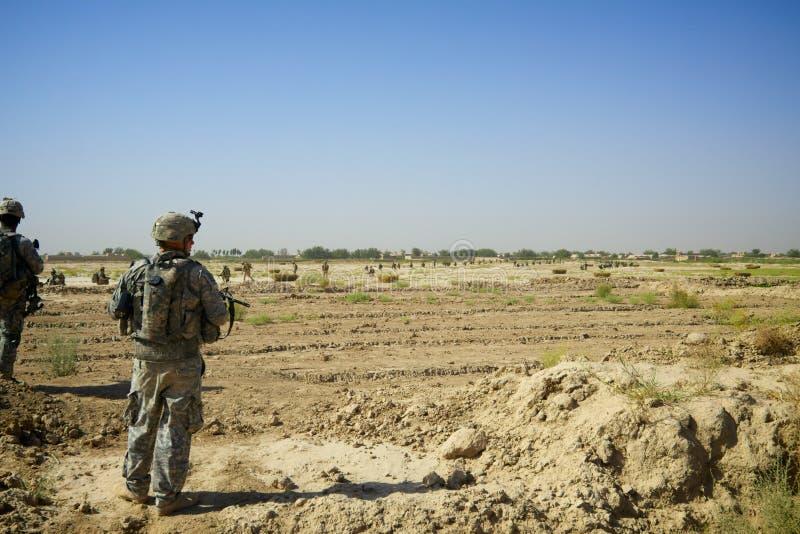 Soldados en patrulla en Kandahar Afganistán fotos de archivo
