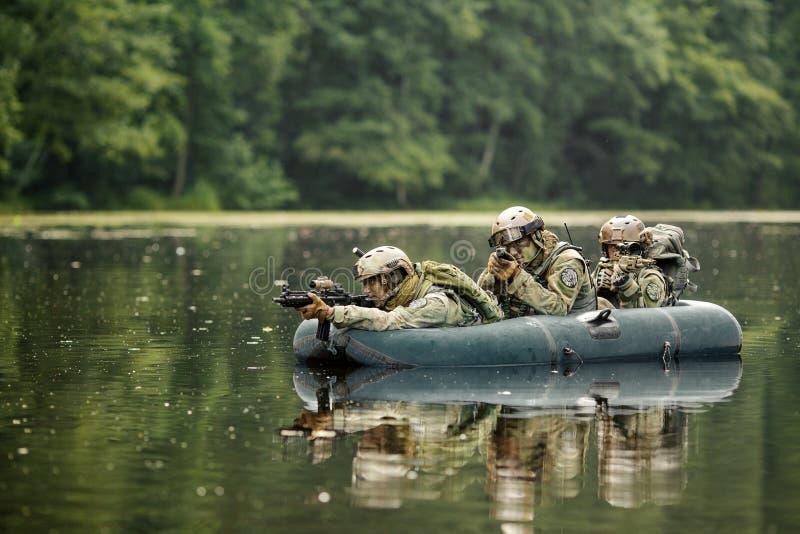 Soldados en un barco que navega a continuación foto de archivo libre de regalías