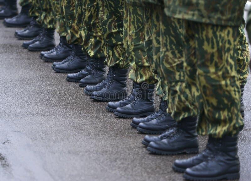 Soldados en uniforme militar del camuflaje en la posición de resto fotos de archivo libres de regalías