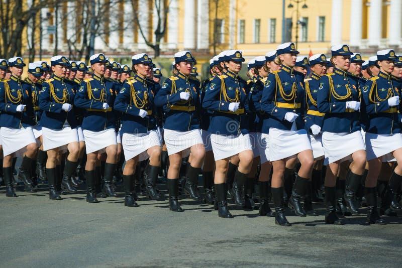 Soldados fêmeas no ensaio da parada militar em honra de Victory Day fotos de stock