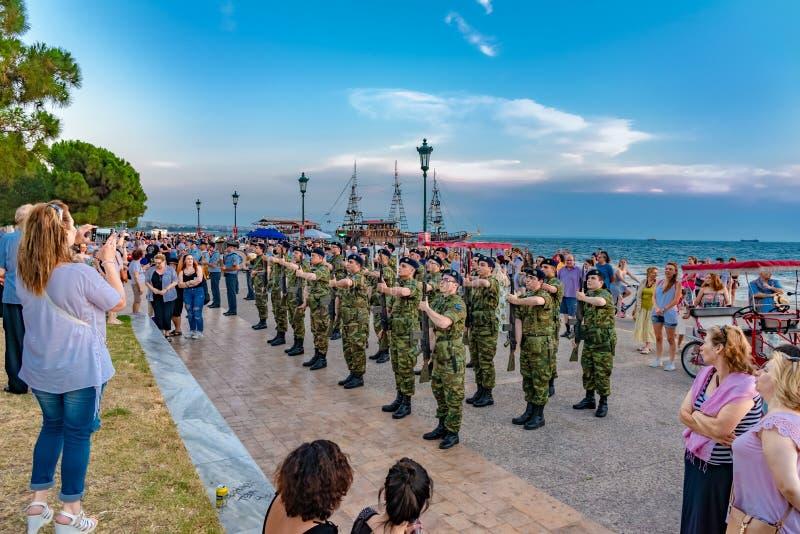 Soldados gregos do exército que fazem uma demonstração em Tessalónica foto de stock