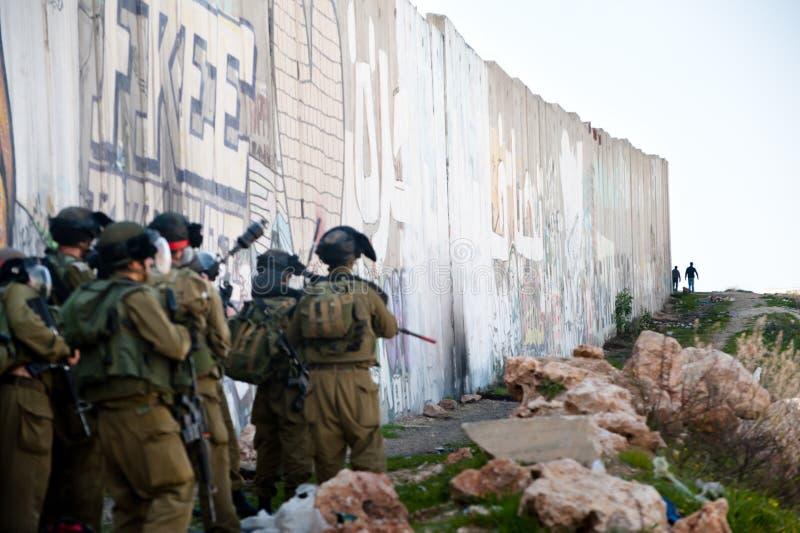 Soldados israelíes y juventud palestina fotos de archivo libres de regalías