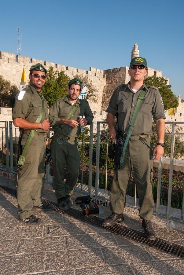 Soldados israelitas na frente da citadela do rei David, Israel imagens de stock