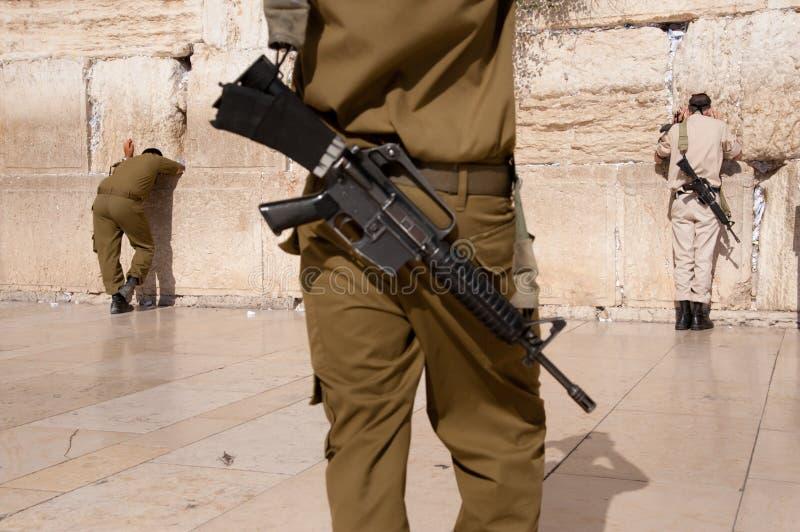 Soldados israelitas na parede ocidental de Jerusalem imagem de stock