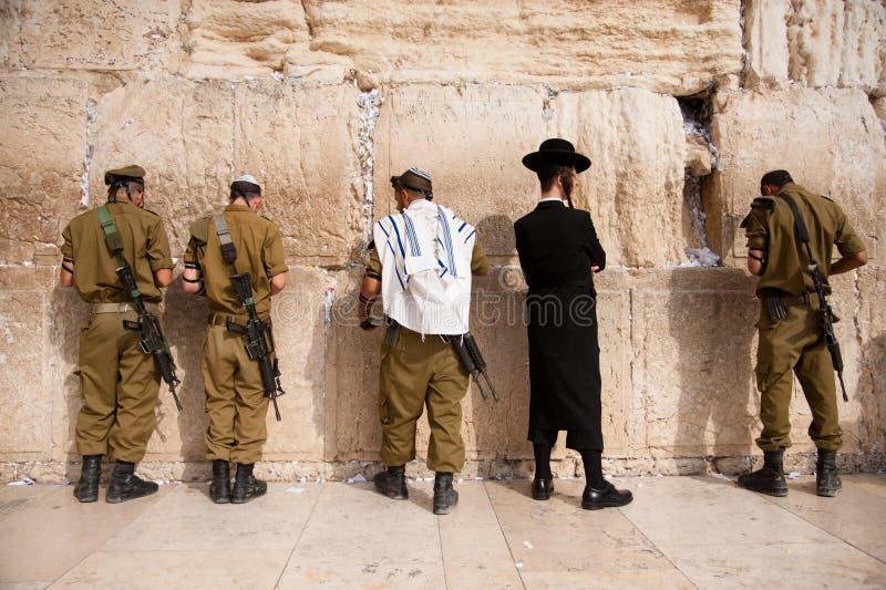 Soldados israelitas na parede ocidental de Jerusalem imagem de stock royalty free