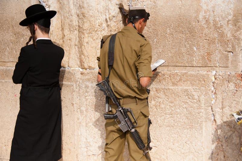 Soldados israelitas na parede ocidental de Jerusalem imagens de stock