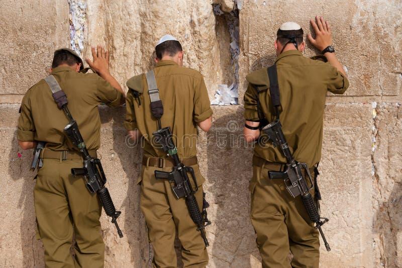 Soldados israelitas na parede ocidental de Jerusalem fotos de stock