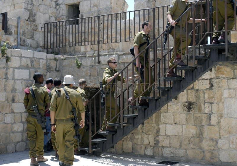 Soldados israelitas que escalam etapas aos muralhas, Jerusalém imagem de stock