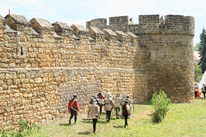 Soldados medievais com escada na Batalha de Budyne fotos de stock royalty free