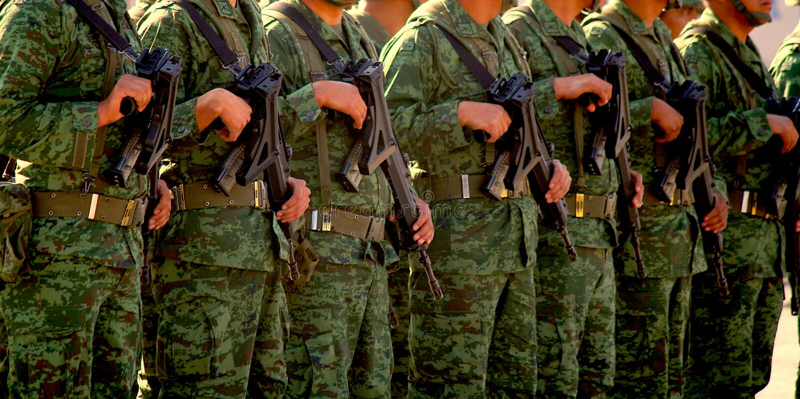 Soldados mexicanos do exército que guardam armas em San Cristobal de la Casas fotos de stock royalty free