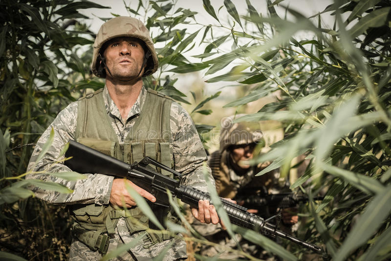 Soldados militares durante ejercicio de formación con el arma foto de archivo libre de regalías