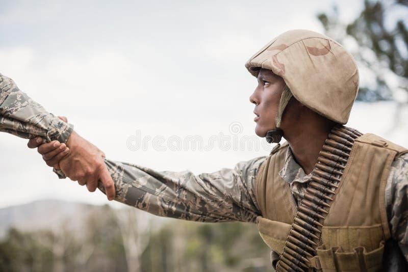 Soldados militares durante o exercício de formação imagens de stock
