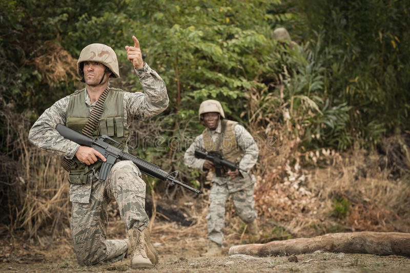 Soldados militares durante o exercício de formação com arma foto de stock