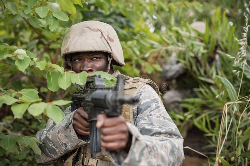 Soldados militares durante o exercício de formação com arma imagem de stock