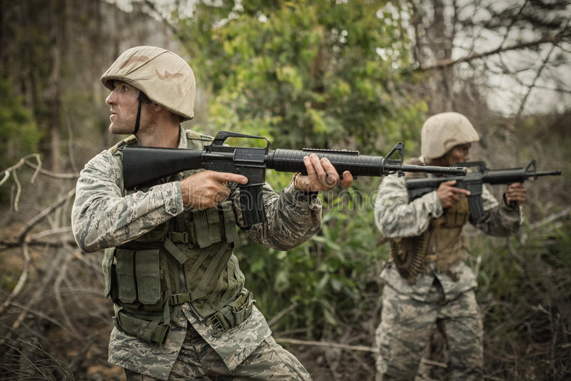 Soldados militares durante o exercício de formação com arma fotos de stock
