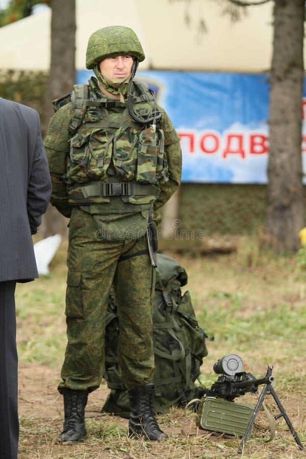 Soldados não identificados durante exercícios de cargo de comando com divisão aerotransportada de 98 protetores do th fotografia de stock royalty free