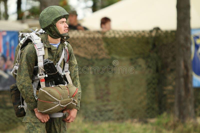 Soldados não identificados durante exercícios de cargo de comando com divisão aerotransportada de 98 protetores do th fotografia de stock