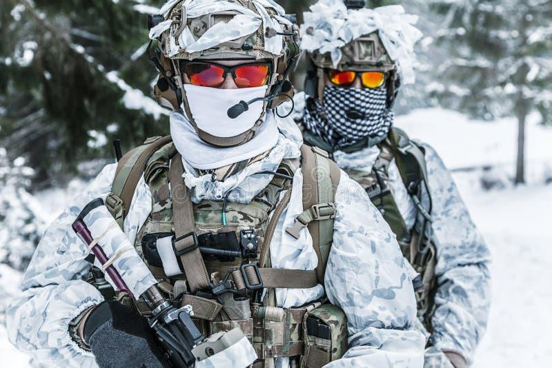 Soldados na floresta do inverno fotos de stock royalty free