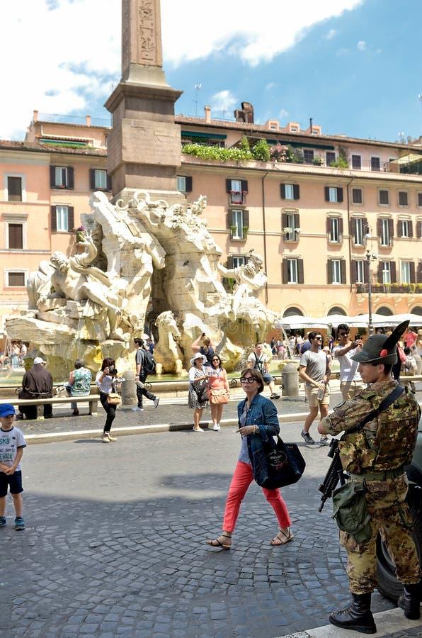 Soldados na patrulha na praça Navona em Roma Soldados italianos de imagens de stock