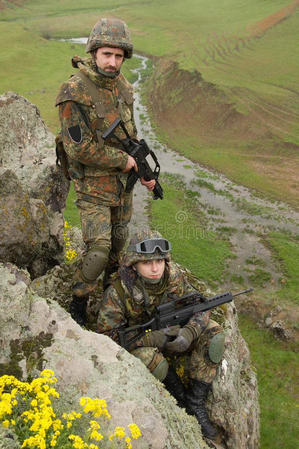 Soldados no ammunitionon o penhasco fotografia de stock