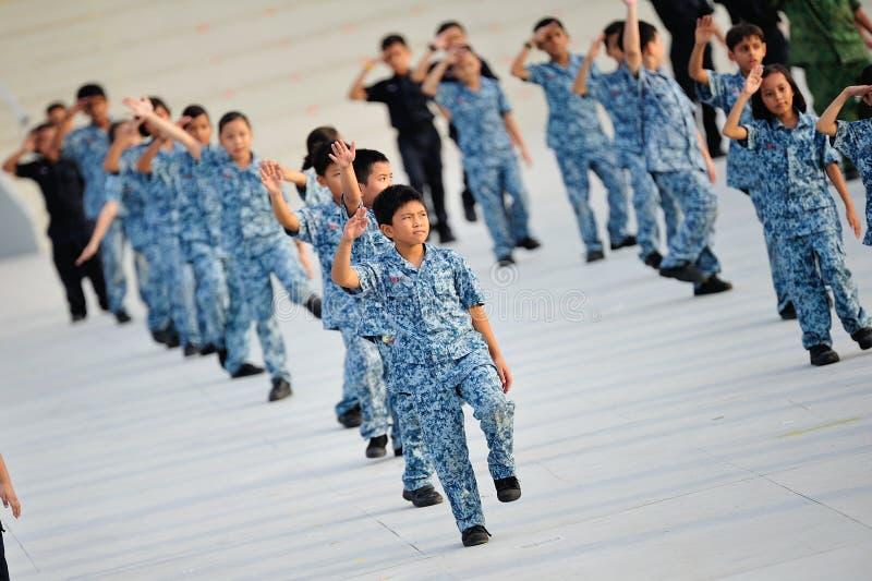 Soldados novos que executam durante o ensaio 2013 da parada do dia nacional (NDP) fotografia de stock