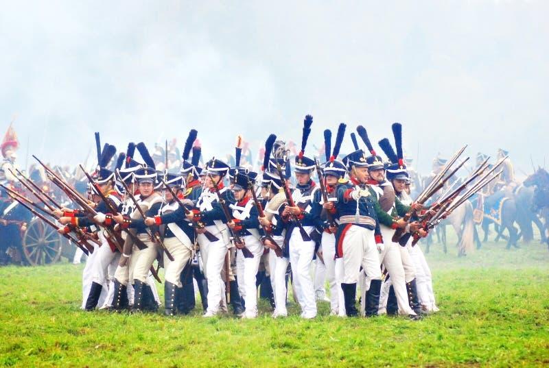 Soldados prontos para atacar no reenactment histórico imagens de stock