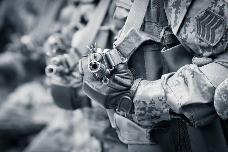 Soldados prontos para o combate com espingardas de assalto fotos de stock