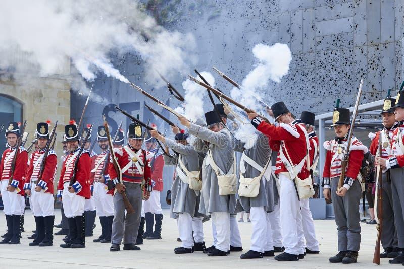 Soldados que ateiam fogo durante Tamborrada de San Sebastian País Basque fotografia de stock royalty free