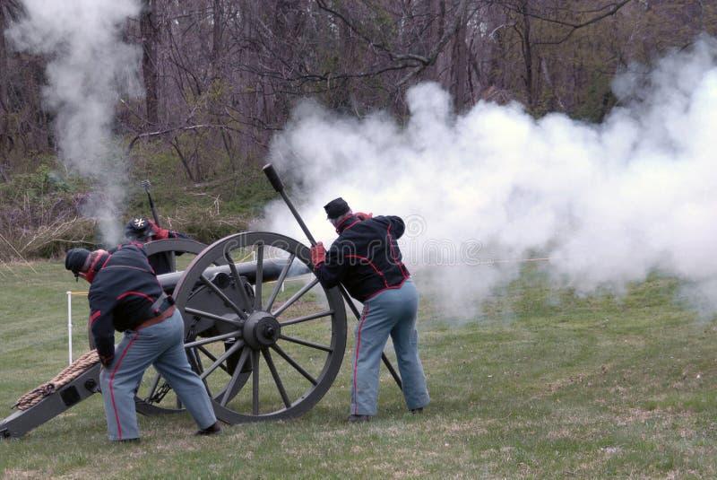 Soldados que ateiam fogo a um canhão em um reenactment da guerra civil em Glendale, Maryland fotografia de stock royalty free
