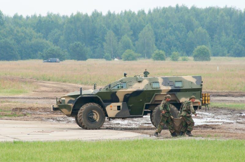 Soldados que carregam a carga em KAMAZ-43269 fotografia de stock