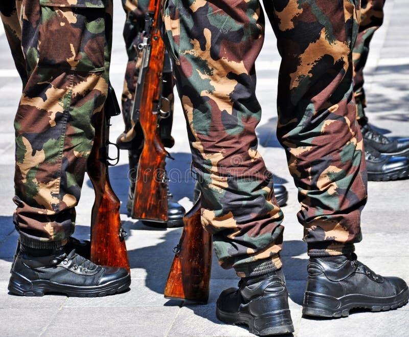 Soldados que estão fora com rifles fotografia de stock