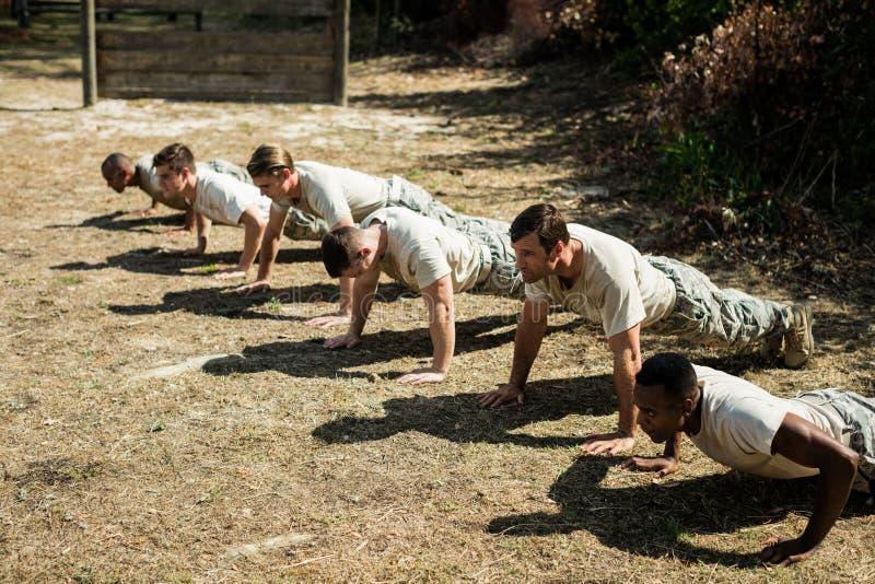 Soldados que executam o exercício da flexão de braço fotos de stock