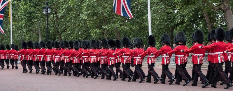 Soldados que marchan abajo de la alameda en Londres durante la marcha la ceremonia militar del color, Londres imagen de archivo