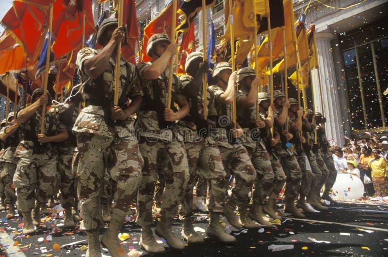 Soldados que marchan con las banderas, desfile de la cinta de teletipo, New York City, Nueva York imagen de archivo