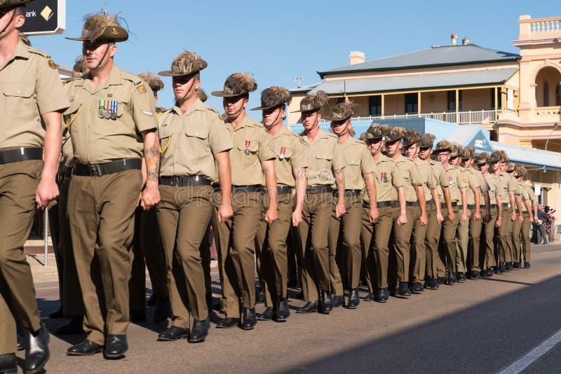 Soldados que marchan en Anzac Day imagenes de archivo