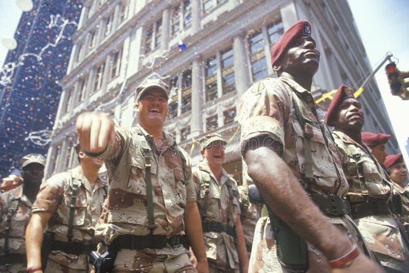 Soldados que marchan en desfile de la cinta de teletipo, New York City, Nueva York fotos de archivo