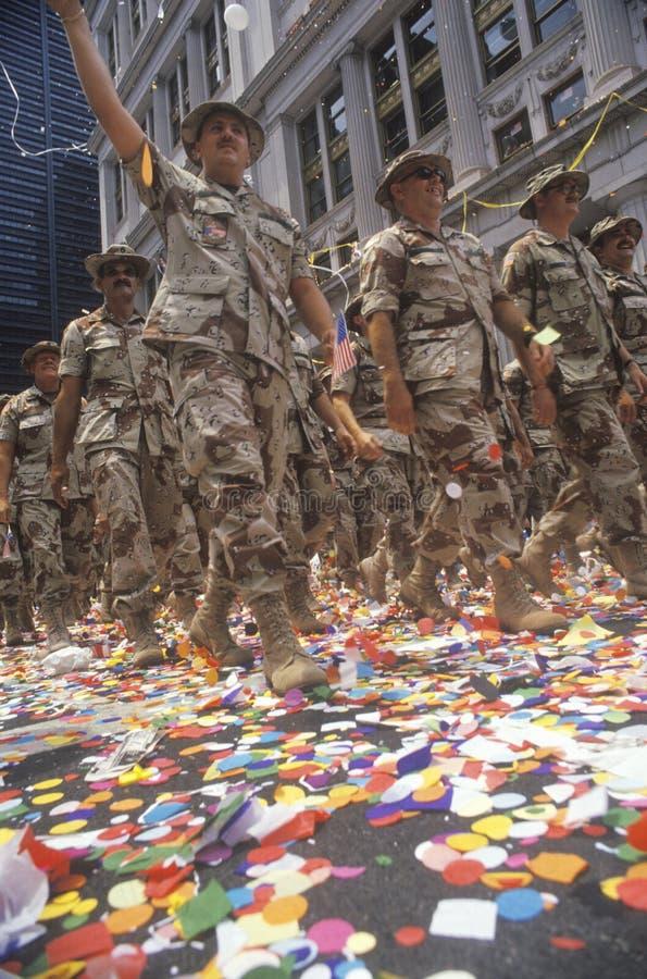 Soldados que marchan en desfile de la cinta de teletipo, New York City, Nueva York fotografía de archivo libre de regalías