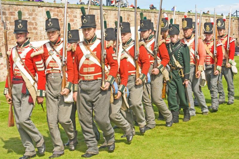 Soldados que marchan en la fortaleza George. fotografía de archivo