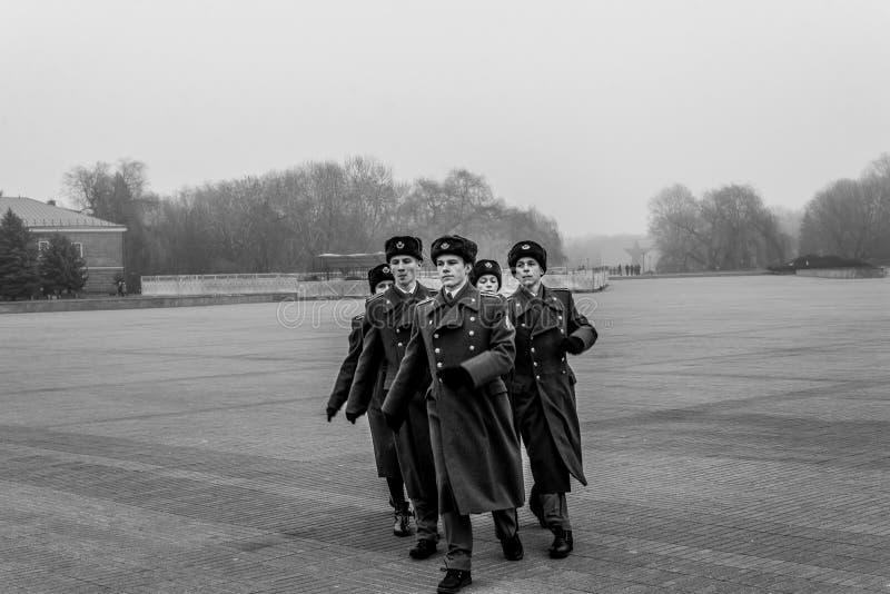 Soldados que marchan y que pagan tributo al monumento de guerra imagen de archivo