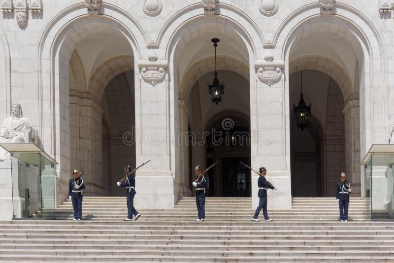 Soldados que mudam o protetor no parlamento português fotografia de stock royalty free
