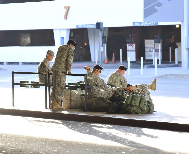 Soldados que vuelven de Iraq que espera en LAX imagen de archivo