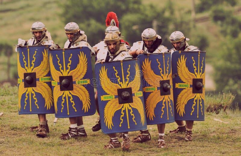 Soldados romanos na formação de batalha do festival antigo Antiquithas Rediviva fotografia de stock