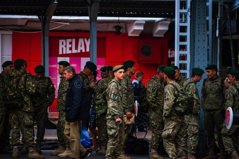 Soldados romenos à espera de um comboio na plataforma da estação ferroviária norte de Bucareste, Gara de Nord Bucuresti, em Bucar fotos de stock royalty free