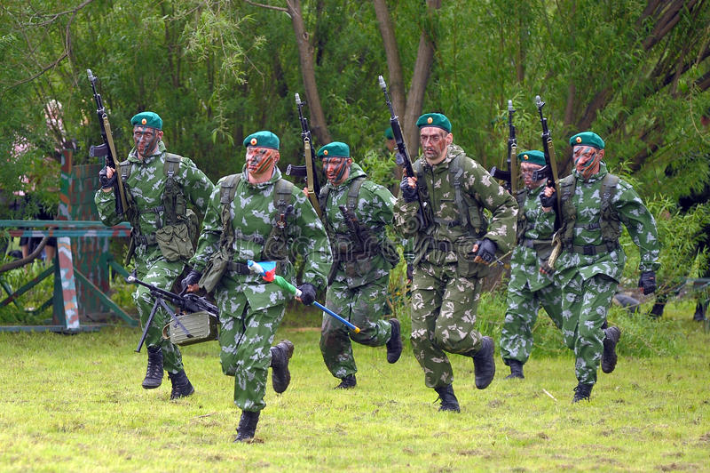 Soldados rusos en los ejercicios de la demostración fotografía de archivo