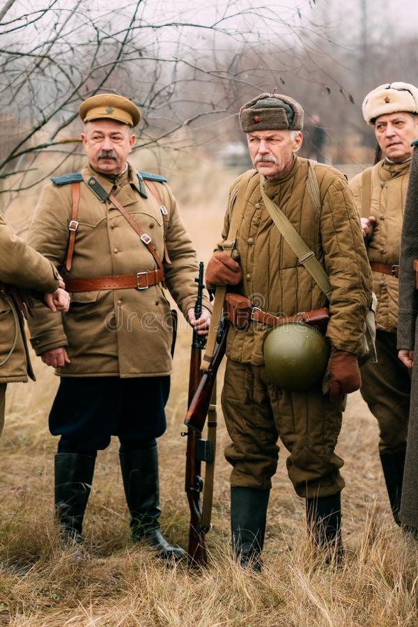 Soldados soviéticos do exército vermelho da segunda guerra mundial no r fotografia de stock royalty free