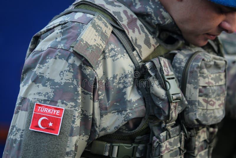 Soldados turcos, sosteniendo los rifles de asalto de MPT 76 imágenes de archivo libres de regalías
